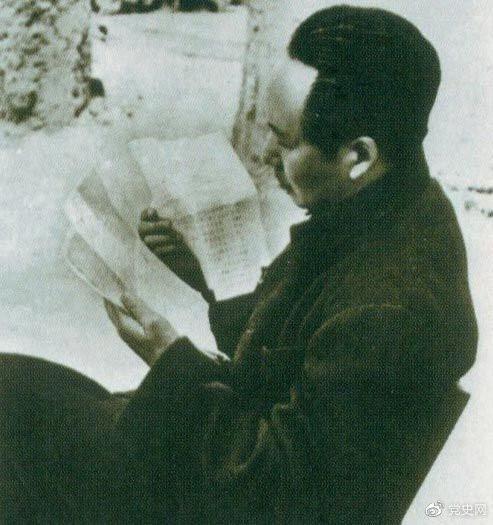 1946年6月,国民党撕毁停战协定和政协决议,挑起全面内战。这是毛泽东在延安审阅有关自卫反击的电报。