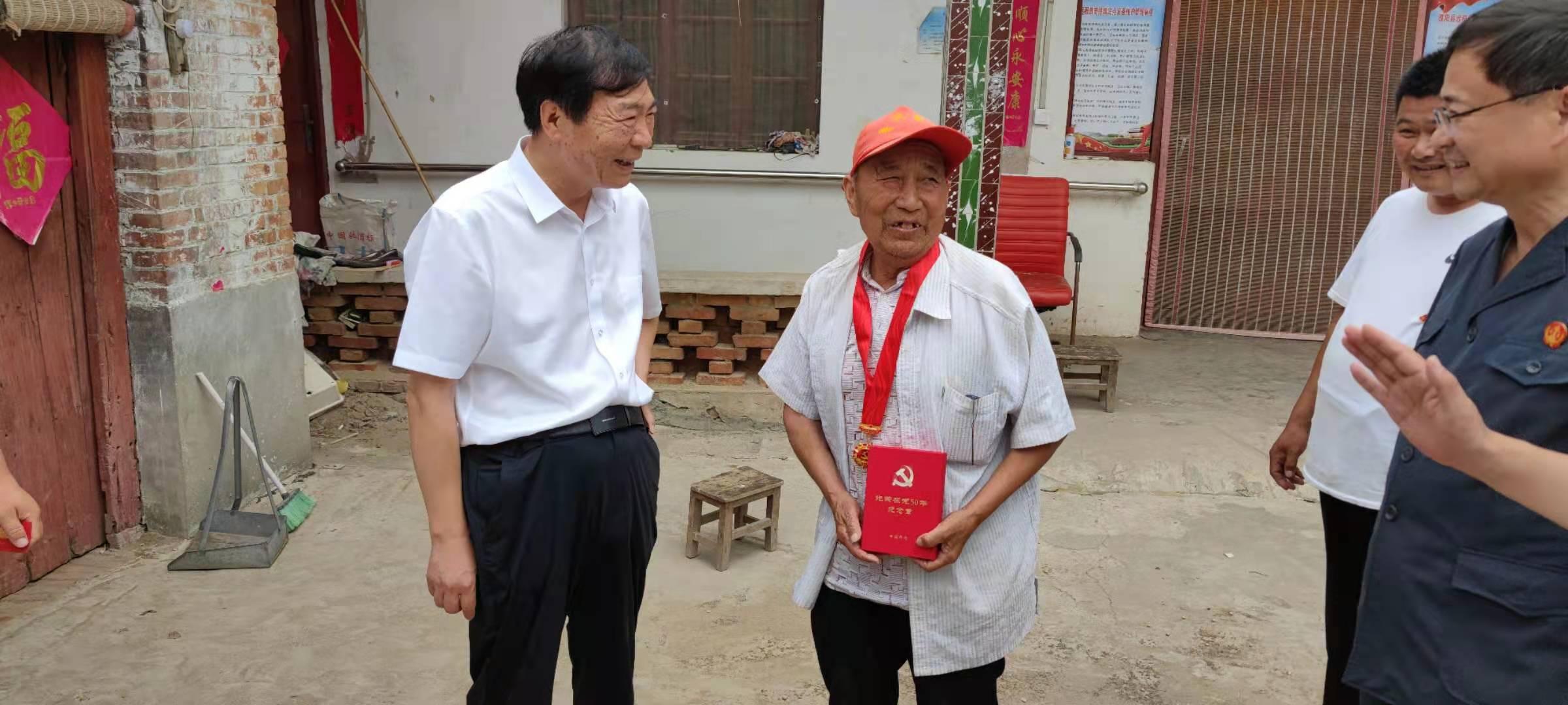县人大领导张宏江看望慰问老党员